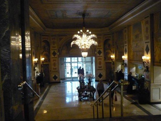 The Westin Palace Madrid: lustre en crital dans l'entrée de l'hotel