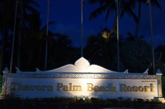 Thavorn Palm Beach Resort: Night shot of resort sign