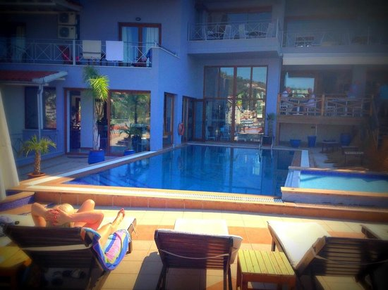 Hotel Aria: Quiet pool area with lush pool and comfy sunbeds