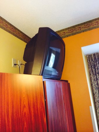 Microtel Inn & Suites by Wyndham Charlotte Airport: TV death trap