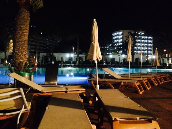 HD Parque Cristobal Gran Canaria: Pool at night