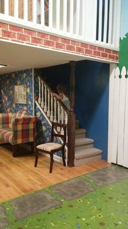 Children's Museum of Oak Ridge: Lifesize dollhouse had 2 stories and 4 rooms