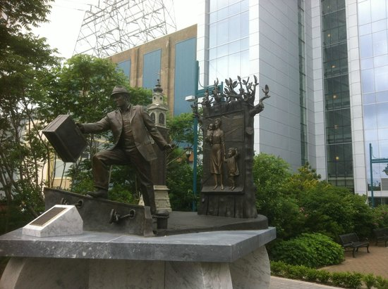 Canadian Museum of Immigration at Pier 21 : Statue
