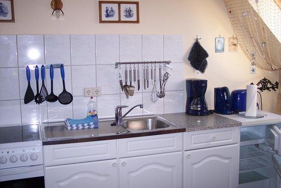 in der Küche gibt es alles... - Bild von Alte Schule, Seebad ...