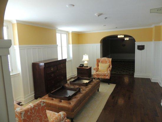 The Carolina Inn: Small lobby at the elevator