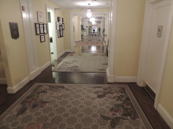 The Carolina Inn: Hallway to Lobby