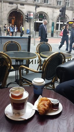 Hotel Indigo Glasgow: In cafe nero looking at the train station