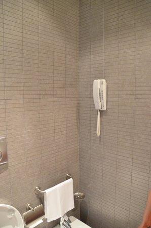 Hotel Ovest : Sogar im Bad ist ein Telefon vorhanden.