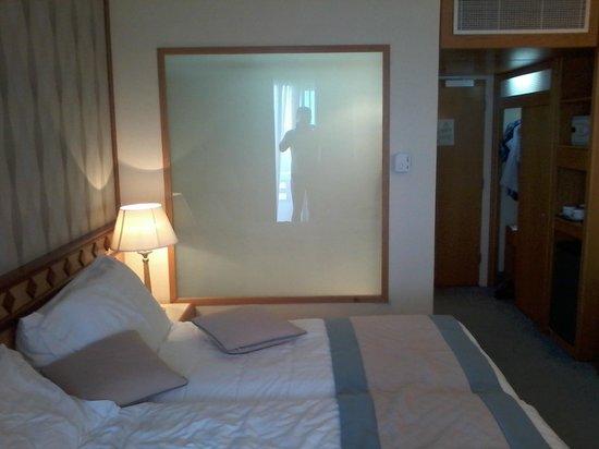 Constantinou Bros Pioneer Beach Hotel: Номер