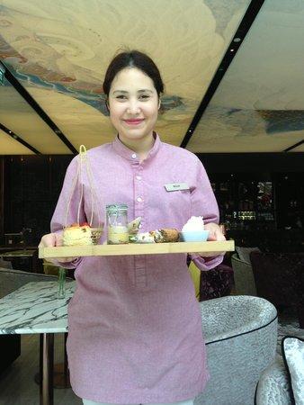 Hilton Sukhumvit Bangkok: アフタヌーンティーとスタッフ!(^_^)