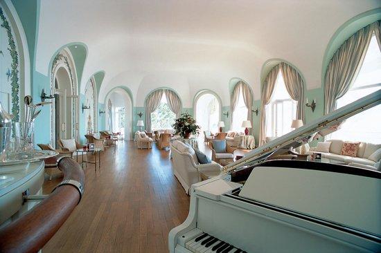 "Hotel du Cap Eden-Roc : Piano bar ""Les 2 fontaines"""