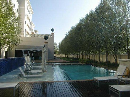 Peermont Metcourt Hotel at Emperors Palace : Het heerlijke zwembad met de ligstoelen in het water!