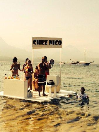 Club Med Kemer: Quand on a soif et faim à la plage pinède, Nico est au top avec l'équipe GO!!! Le bar flottant a