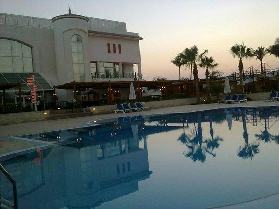 Cyrene Island Hotel: Piscina