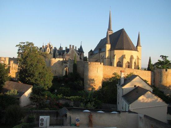 Chateau de Montreuil-Bellay: vue de la chambre