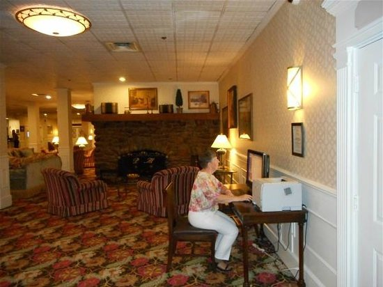 The Inn at Pocono Manor : Computer area in lobby