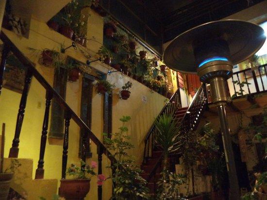 Hostal Cusi Wasi: Patio interior cubierto, acceso a las habitaciones