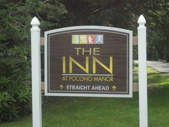 Pocono Manor Resort & Spa : Sign at entrance to Manor Drive