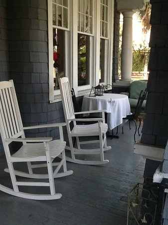 Riverdale Inn: Front porch