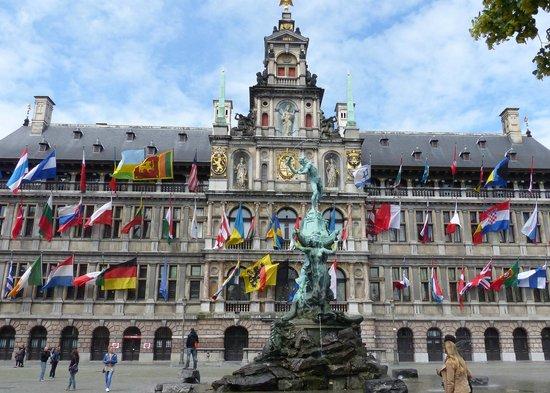 Grote Markt van Antwerpen: City Hall and Brabo Fountain