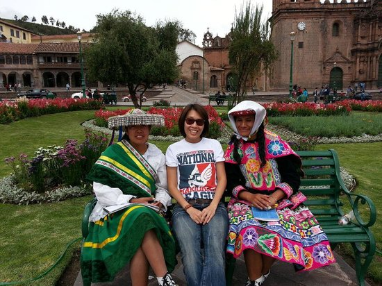 Plaza de Armas (Huacaypata): 2 little girls from village near by