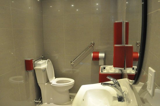 Holiday Inn Express Hotel & Suites Collingwood - Blue Mountain: Public Restroom near lounge
