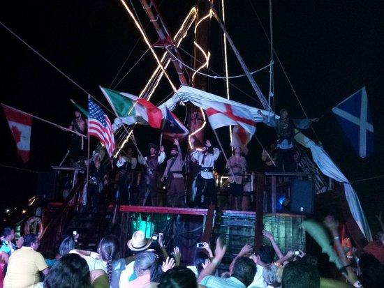 Barco Pirata Jolly Roger Cancún: Lindo el cierre del espectáculo...felicidades!
