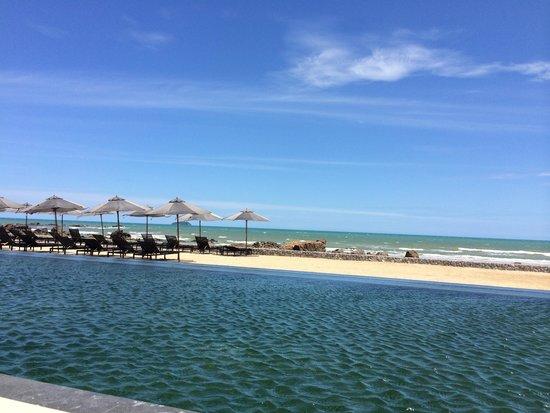 Rayong Marriott Resort & Spa: ocean beach just beyond the infinity pool