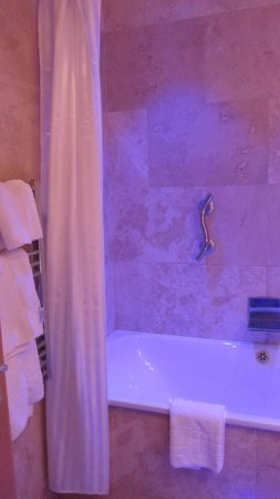 The Crown Spa Hotel: Mood lighting in the bathroom