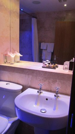 The Crown Spa Hotel: Nice Bathroom