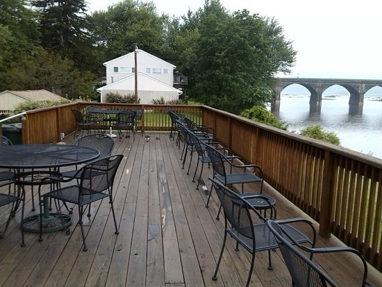 Bridgeview Bed & Breakfast: Back porch facing the river