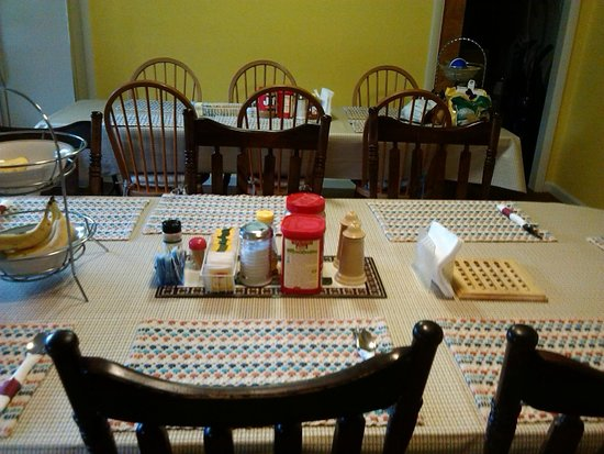Bridgeview Bed & Breakfast: dining room
