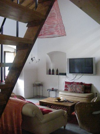 Barretos, โปรตุเกส: Sitting room with stairs to bedroom