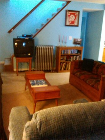 Bridgeview Bed & Breakfast: Living room with Direct TV