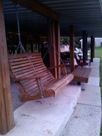 Bridgeview Bed & Breakfast: swing under back porch facing river