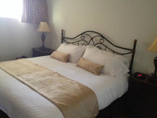Marquis De Lafayette Hotel: King bed- very comfy