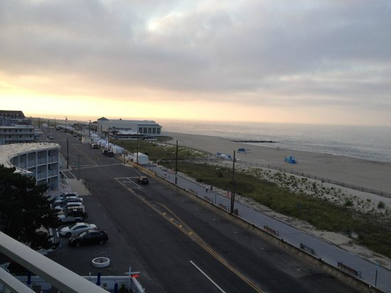 Marquis De Lafayette Hotel: View from balcony down promenade to the left