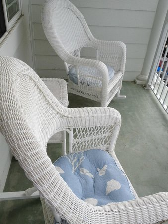 Marquis De Lafayette Hotel: great wicker chairs and table on balcony