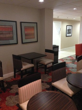 Hampton Inn Suites Valdosta Conference Center: Sitting Area