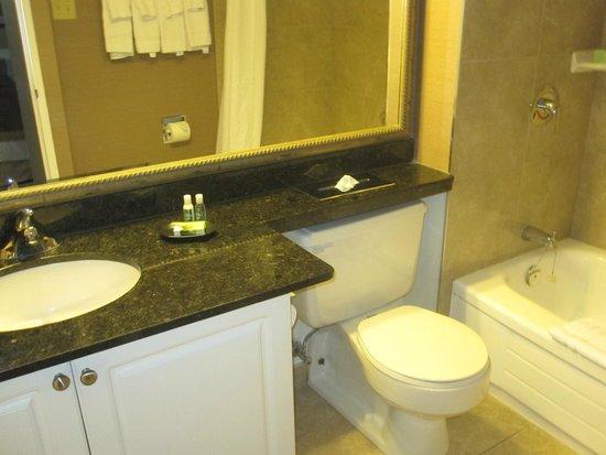 Albert at Bay Suite Hotel: Salle de bain