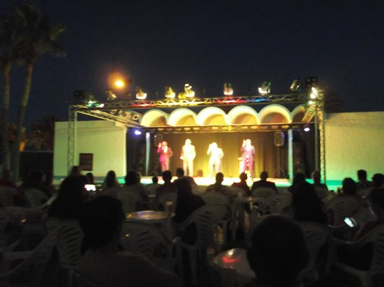 Marconfort Beach Club Hotel: show at night