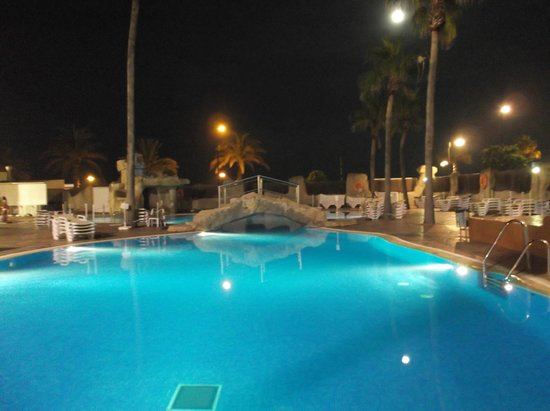 Marconfort Beach Club Hotel: pool at night