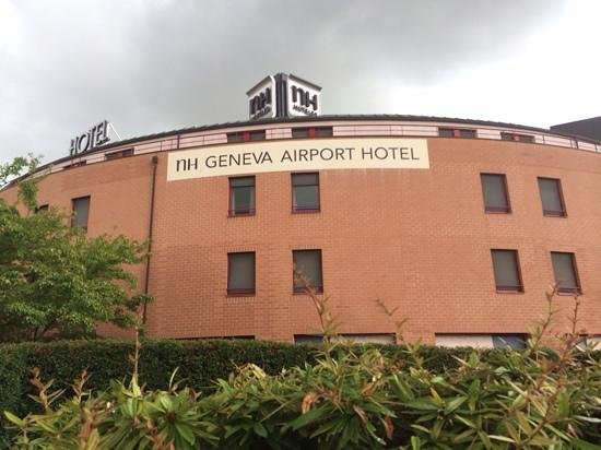 NH Geneva Airport: entrance of the hotel