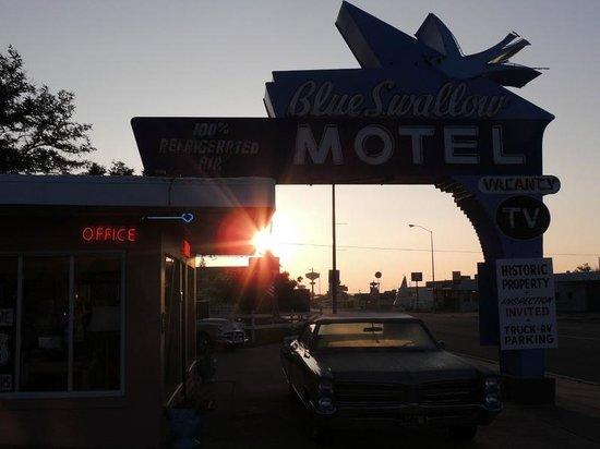 Blue Swallow Motel: Sign outside