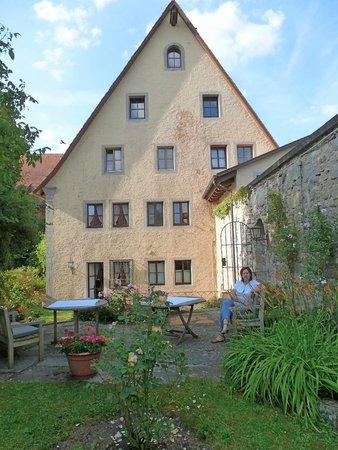 Burghotel: Jardín, al fondo la habitación