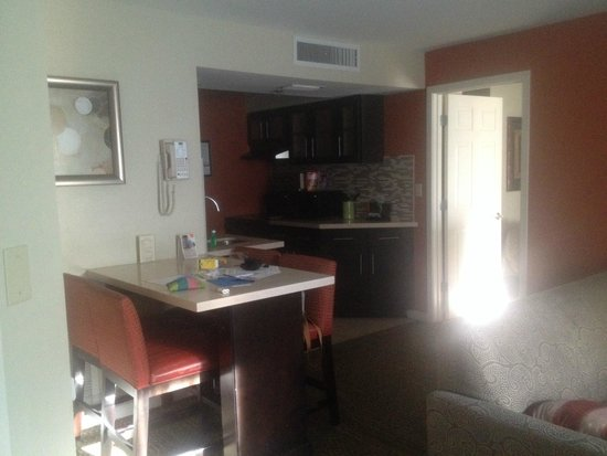 Staybridge Suites Lake Buena Vista: kitchenette muy completa