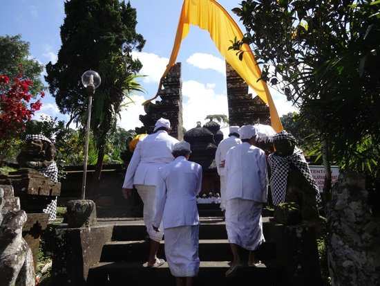Luhur Batukaru Temple: Ceremonial preparation