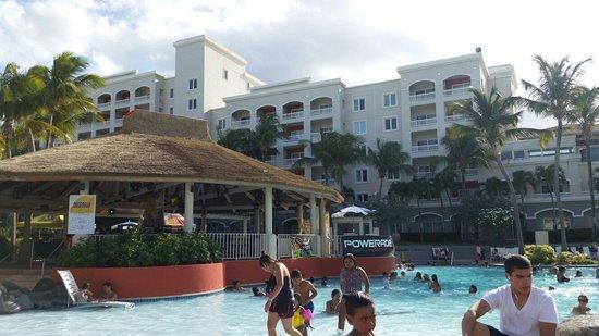 Embassy Suites by Hilton Dorado del Mar Beach Resort: Área de la piscina y lugar para comer algo
