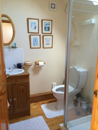 Windy Arbour Farm: Upstairs shower room
