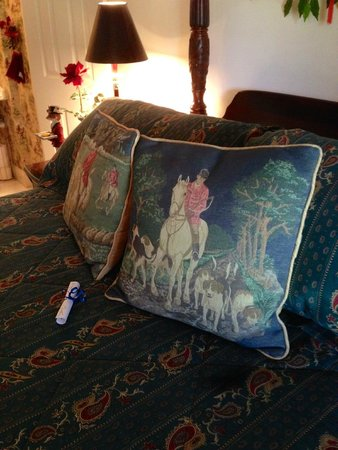 Blackridge Hall Bed and Breakfast: Inviting pillows in The Fox and Hound Room